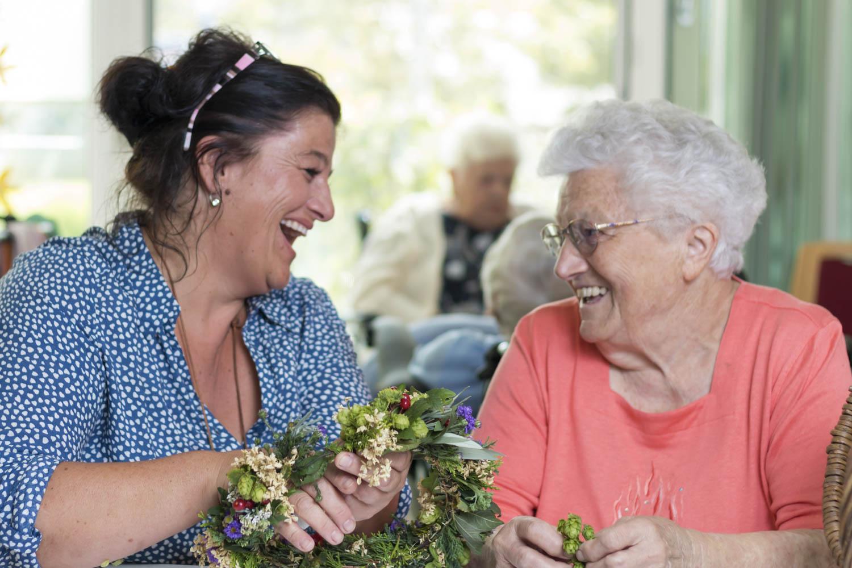 Miteinander lachen und aktiv sein